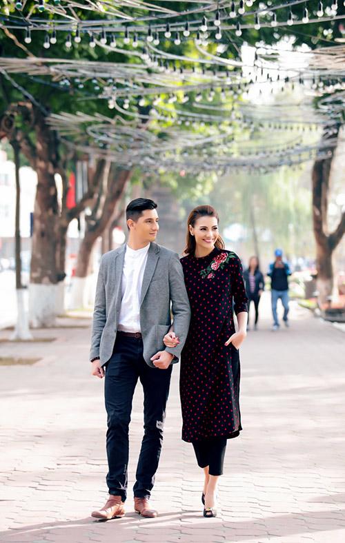 Hồng Quế khoe Tết Hà Nội với bạn nhảy ngoại quốc-1
