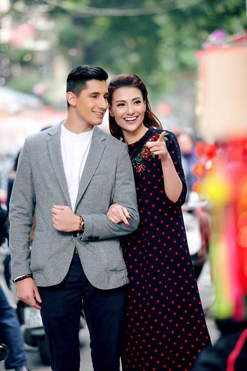 Hồng Quế khoe Tết Hà Nội với bạn nhảy ngoại quốc-3