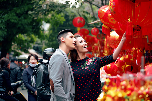 Hồng Quế khoe Tết Hà Nội với bạn nhảy ngoại quốc-4