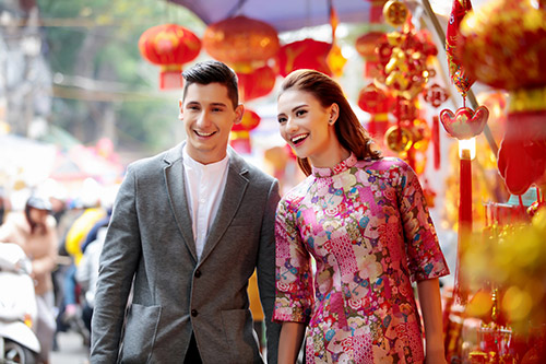 Hồng Quế khoe Tết Hà Nội với bạn nhảy ngoại quốc-6
