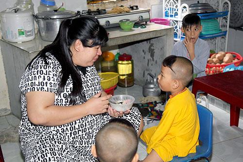 Tuyền Mập có bầu 8 tháng vẫn hăng say đi từ thiện cận Tết-2