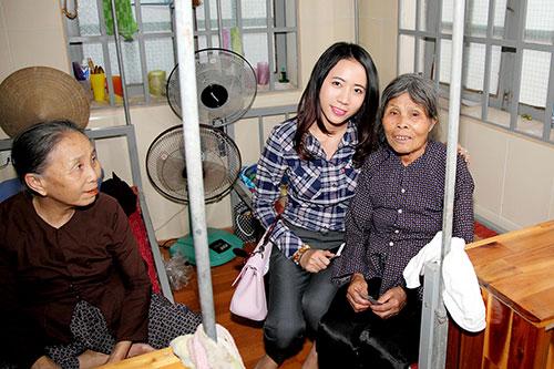 Tuyền Mập có bầu 8 tháng vẫn hăng say đi từ thiện cận Tết-12