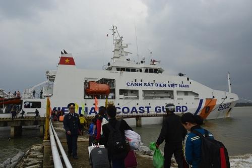 Đưa gần 600 người dân Lý Sơn vượt biển động về quê ăn Tết-2