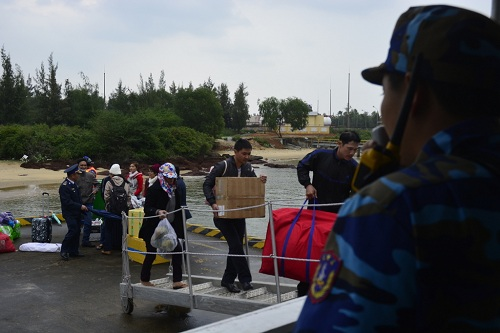 Đưa gần 600 người dân Lý Sơn vượt biển động về quê ăn Tết-3
