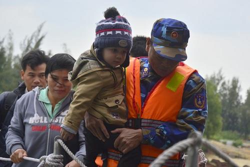 Đưa gần 600 người dân Lý Sơn vượt biển động về quê ăn Tết-5