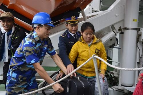 Đưa gần 600 người dân Lý Sơn vượt biển động về quê ăn Tết-4