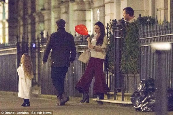 Harper Beckham khoe tóc mây đi chơi cùng bố mẹ-1