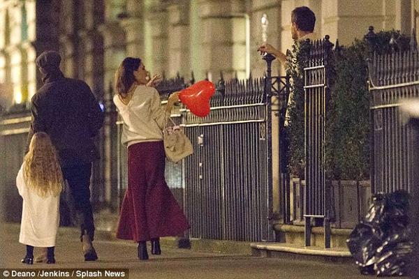 Harper Beckham khoe tóc mây đi chơi cùng bố mẹ-2