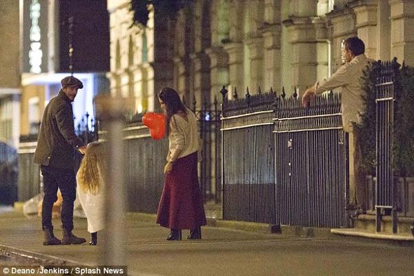 Harper Beckham khoe tóc mây đi chơi cùng bố mẹ-3