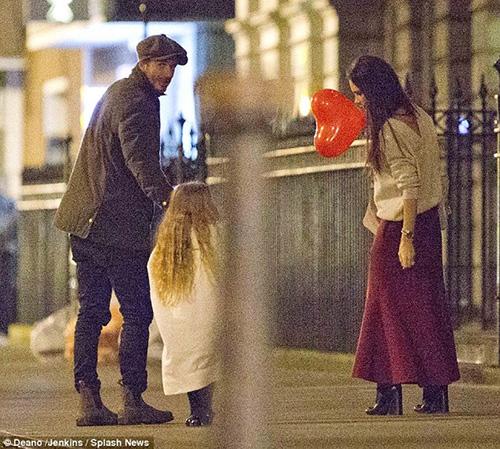 Harper Beckham khoe tóc mây đi chơi cùng bố mẹ-4