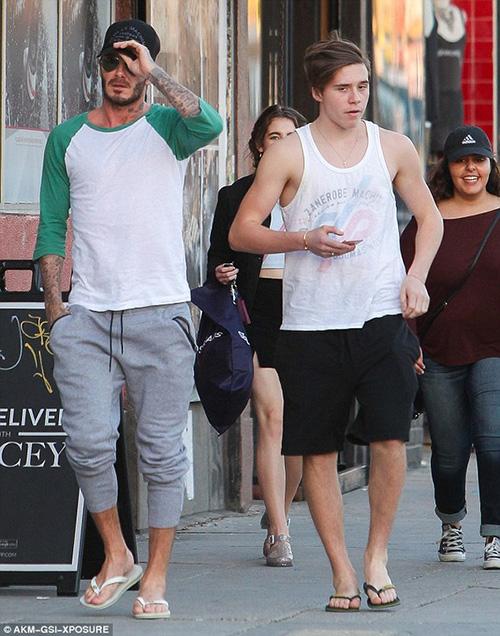 Harper Beckham khoe tóc mây đi chơi cùng bố mẹ-5