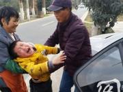 Làm mẹ - Đau lòng hình ảnh em bé khóc xin mẹ đừng rời quê sau Tết