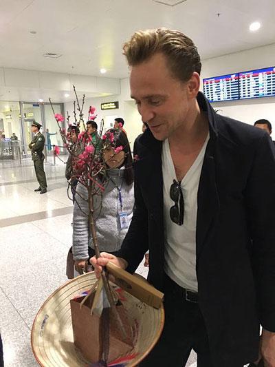 """loki"" tom hiddleston choi guitar tren duong den vn - 2"