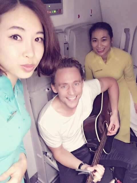 """loki"" tom hiddleston choi guitar tren duong den vn - 4"