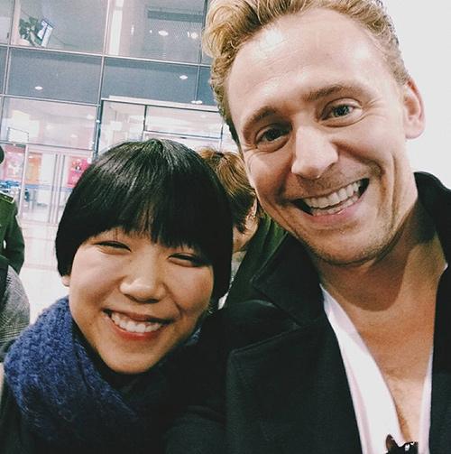 """loki"" tom hiddleston choi guitar tren duong den vn - 5"