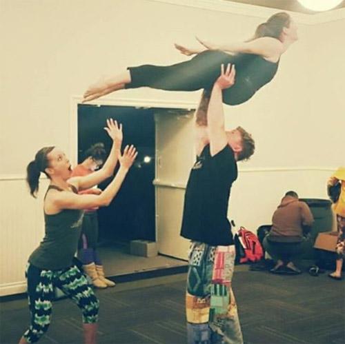 choáng ngọp vói nhũng tu thé yoga của mẹ bàu và chòng - 10