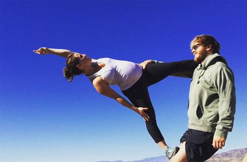 choáng ngọp vói nhũng tu thé yoga của mẹ bàu và chòng - 17
