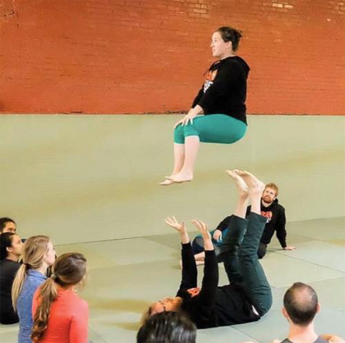 choáng ngọp vói nhũng tu thé yoga của mẹ bàu và chòng - 3