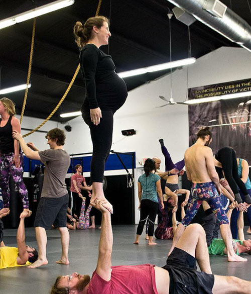 choáng ngọp vói nhũng tu thé yoga của mẹ bàu và chòng - 6