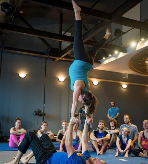choáng ngọp vói nhũng tu thé yoga của mẹ bàu và chòng - 8