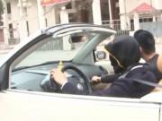 Video Tin tức - Hãi hùng thanh niên bịt mắt lái ôtô mui trần trên phố Hà Nội