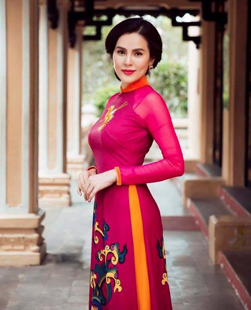 a hau phuong le sang trong voi ao dai 8-3 - 1