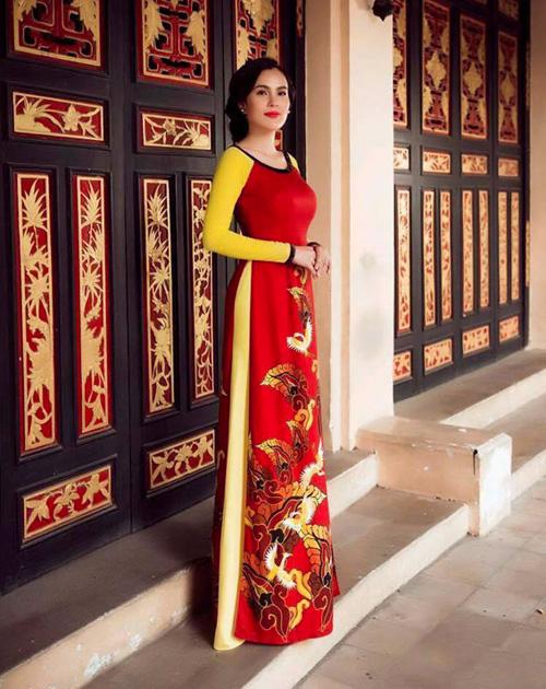 a hau phuong le sang trong voi ao dai 8-3 - 7