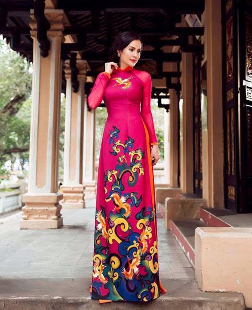a hau phuong le sang trong voi ao dai 8-3 - 2