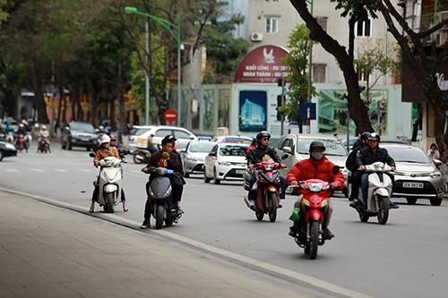 hoc sinh thu do van dau tran di xe dap dien bat chap lenh phat - 13