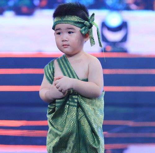"""con trai 2 tuoi cua kim tu long gay """"sot"""" boi ve de thuong - 1"""