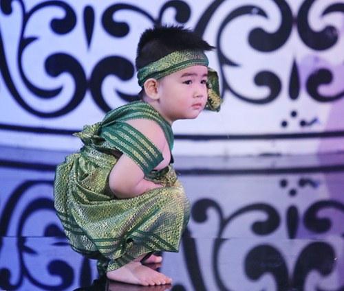 """con trai 2 tuoi cua kim tu long gay """"sot"""" boi ve de thuong - 7"""