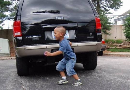 tp hcm: cha lui xe, vo tinh can chet con trai 2 tuoi - 1