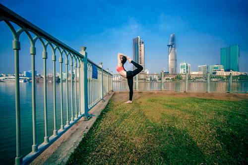 phuong trinh jolie tap yoga khap sai gon - 12
