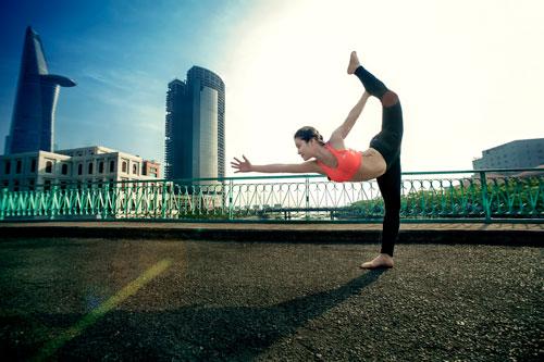 phuong trinh jolie tap yoga khap sai gon - 1