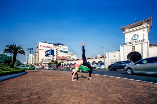 phuong trinh jolie tap yoga khap sai gon - 8