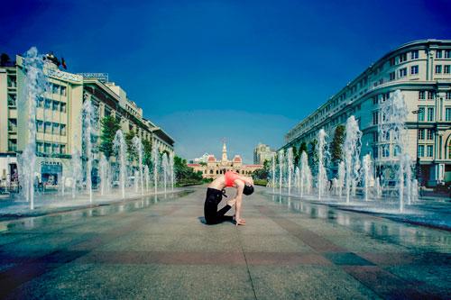 phuong trinh jolie tap yoga khap sai gon - 9