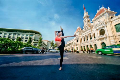 phuong trinh jolie tap yoga khap sai gon - 2