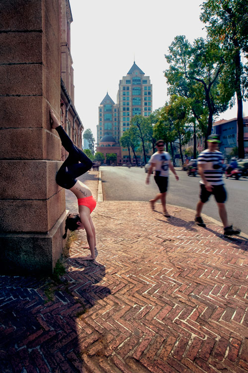 phuong trinh jolie tap yoga khap sai gon - 3