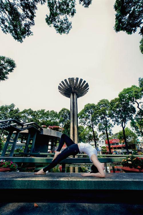 phuong trinh jolie tap yoga khap sai gon - 11