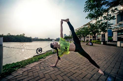 phuong trinh jolie tap yoga khap sai gon - 4
