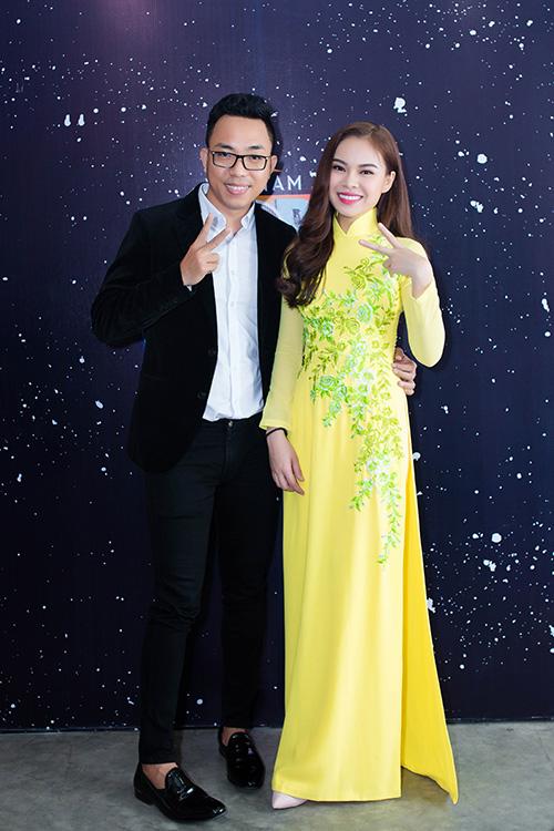 giang hong ngoc duoc fan tang gau bong o san bay - 2