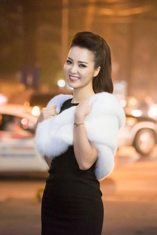 thuy van thay 2 kieu toc lam giam khao cham thi sac dep - 13