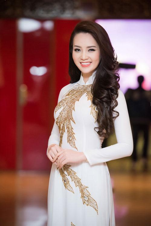 thuy van thay 2 kieu toc lam giam khao cham thi sac dep - 7