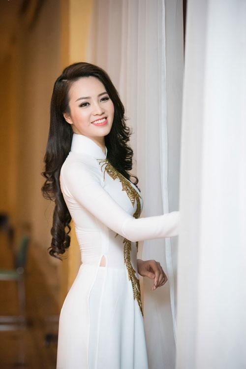 thuy van thay 2 kieu toc lam giam khao cham thi sac dep - 6