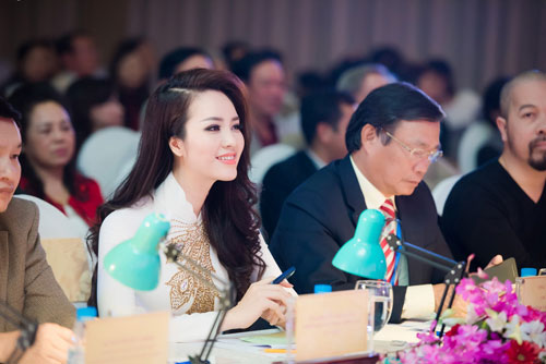 thuy van thay 2 kieu toc lam giam khao cham thi sac dep - 1