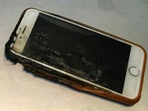 iphone 6 boc chay tren chuyen bay cho 163 hanh khach - 1