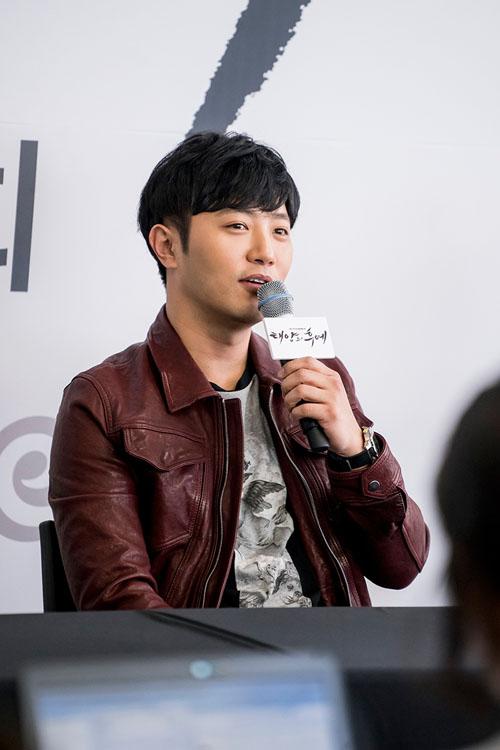 """vo jin goo ung ho chong """"yeu"""" kim ji won trong hau due cua mat troi - 4"""