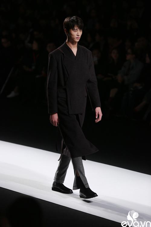 minh hang ngoi hang ghe dau tai seoul fashion week - 7