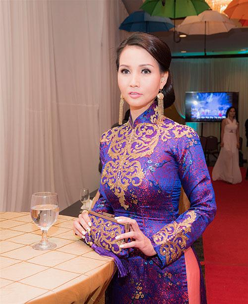 hoa hau suong dang dien ao dai cung dinh tren dat my - 3