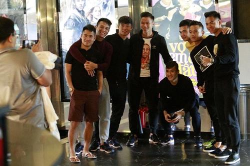 cong vinh dua dong doi di xem phim cua vo - 6